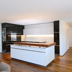 Küche mit Glasfronten - KAWA Design AG ihr Spezialist für Küchen & Küchenbau :: Küchen Raum Bäder, Sursee, Luzern, Zug, Aargau