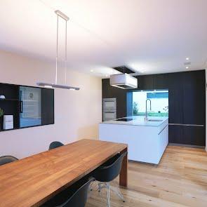 Küche mit Holz- und Lackfronten - KAWA Design AG :: Küchen Raum Bäder, Sursee, Willisau, Luzern, Zofingen