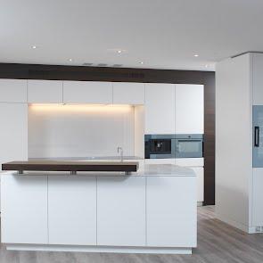 Küche mit trapezförmiger Insel - KAWA Design AG ihr Spezialist für Küchen & Küchenbau :: Küchen Raum Bäder, Sursee, Luzern, Zug, Aargau