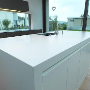 Lackküche mit Himacsinsel - KAWA Design AG :: Küchen Raum Bäder, Sursee, Willisau, Luzern, Zofingen