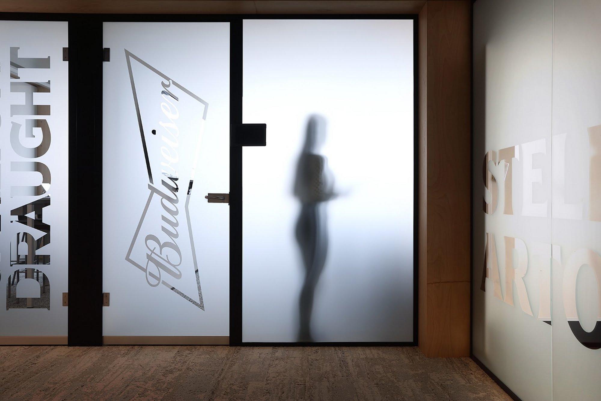 NovaOne - Ganzglaswände,Mieterausbau AB InBev,Deckensystem-Wandsysteme,Trennwände Büro,Ganzglaswände,Bürotrennwand,Akustikdecken,Schallschutzdecken,Trennwände,Glaswände,Faltwände,Raumgestaltung,Trennwand Systeme