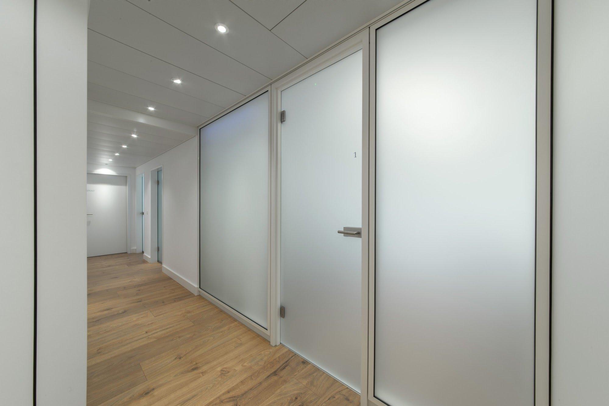 Deckenverkleidungen,Metalldecken,Novaflex - Bürotrennwand,Dr. Elfrida Salihi,Deckensystem-Wandsysteme,Trennwände Büro,Ganzglaswände,Bürotrennwand,Akustikdecken,Schallschutzdecken,Trennwände,Glaswände,Faltwände,Raumgestaltung,Trennwand Systeme