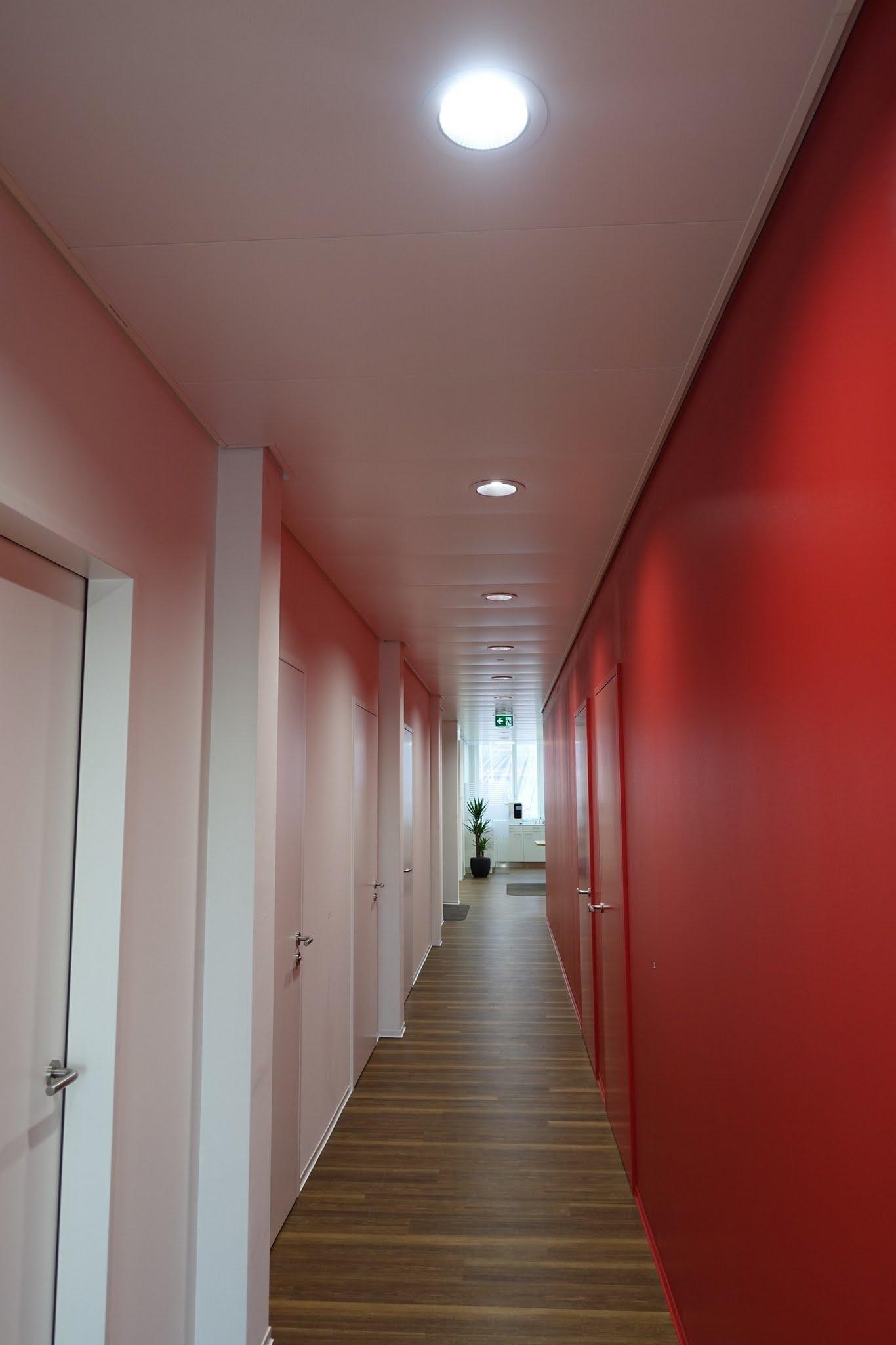 Deckenverkleidungen,Kühl/-Heizdecken,Metalldecken,Ärztezentrum zur Linde,Deckensystem-Wandsysteme,Trennwände Büro,Ganzglaswände,Bürotrennwand,Akustikdecken,Schallschutzdecken,Trennwände,Glaswände,Faltwände,Raumgestaltung,Trennwand Systeme