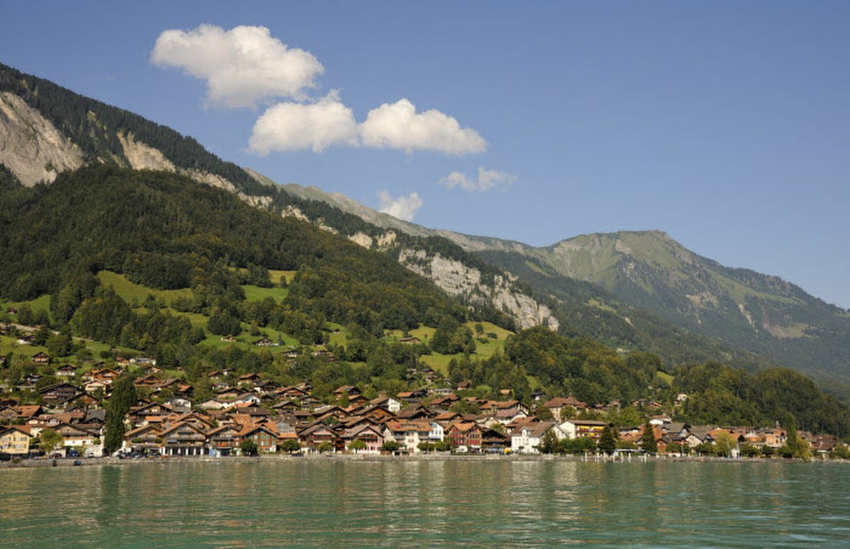 INTERLAKEN - Das heimelige Dorf Brienz liegt umgeben von einer reizvollen Berglandschaft am oestlichen Ende des tuerkisfarbenen Brienzersees. Das als Schnitzerdorf bekannte Brienz hat eine lange Tradition in der Holzbearbeitung und ist Ausgangspunkt fuer Ausfluege in den Ballenberg oder auf das Brienz Rothorn.  The picturesque village of Brienz lies on the eastern, upper shore of the turquoise-hued Lake Brienz. It is famous for its romantic cobblestone-paved Brunngasse and a longstanding wood carving tradition. Brienz is the starting point for excursions to the Ballenberg Open Air Museum and to the Brienz Rothorn.  Copyright by Interlaken Tourismus Byline: swiss-image.ch/Jost von Allmen